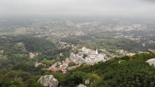 ムーアの城跡から見下ろすシントラ宮殿