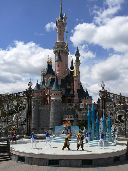 "Mickey Presents:""Happy Anniversary Disneyland Paris"""